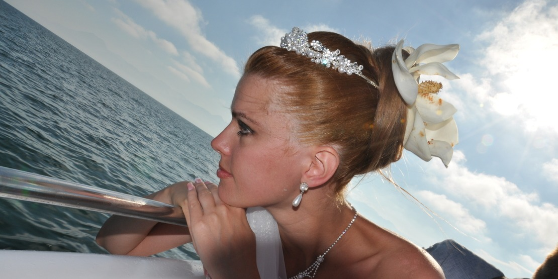 The harmony of the model of your wedding dress and bridal crown